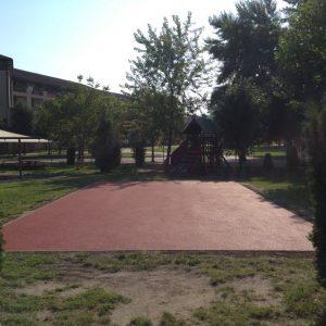 Gumiburkolatú pálya az iskola udvarán