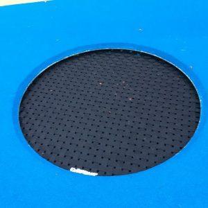 Trambulin kék színű, sötétkék hálóval a közepén