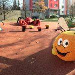 3D öntött gumi burkolatú játszótér Csehországban méhecskével, pókkal, kutyával, gomábkkal.