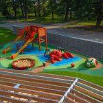 3D öntött gumi burkolatú játszótér Csehországban: csiga, pók, homokozó és színes burkolat