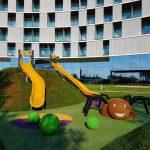 3D öntött gumi burkolatú játszótér Horvátországban. Színes pók a sávház udvarán