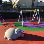 3D öntött gumi burkolatú játszótér Lengyelországban vizilóval és hintával